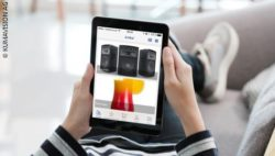 Foto: Person zuhause hält Tablet mit Shopping-App; copyright: KUMAVISION AG