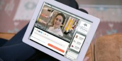 Foto: Tablet mit der Browser-Ansicht des Live Shopping Assistant