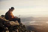 europa3000 Hauptbild Mann mit Laptop auf Berg